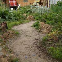 Sandweg zur Gartenlaube